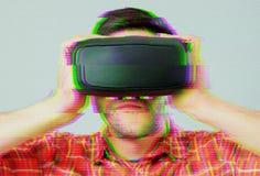 有VR风镜的人在数字式小故障作用 免版税库存图片