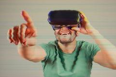 有VR风镜的人 增加的小故障作用 库存照片