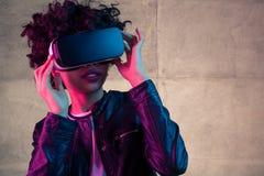 有VR风镜的女孩在头 免版税库存照片