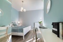 有wal的镜子的时髦的卧室 免版税库存图片