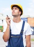 有walkie收音机设备的码头工人在工作 免版税图库摄影