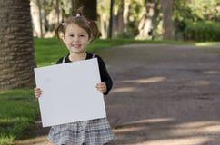 有whiteboard的小女孩 免版税库存图片