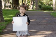 有whiteboard的小女孩 免版税库存照片