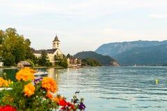 有Wolfgangsee湖的,奥地利St沃尔夫冈江边 库存图片