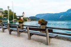 有Wolfgangsee湖的,奥地利St沃尔夫冈江边 免版税图库摄影
