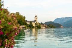 有Wolfgangsee湖的,奥地利St沃尔夫冈江边 免版税库存照片