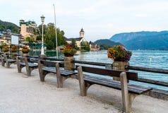 有Wolfgangsee湖的,奥地利St沃尔夫冈江边 库存照片