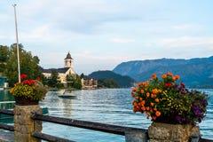 有Wolfgangsee湖的,奥地利St沃尔夫冈江边 免版税库存图片