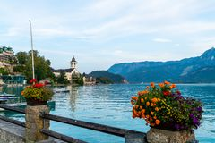 有Wolfgangsee湖的,奥地利St沃尔夫冈江边 图库摄影