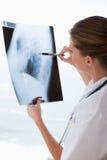 有X-射线的医生 库存照片