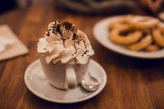 有Xurros的巧克力杯子 库存照片