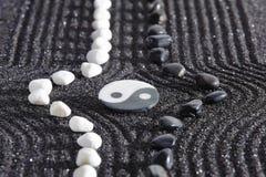 有yin和杨的日本禅宗庭院 免版税图库摄影