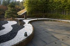 有yinyang石头和竹子的禅宗庭院 库存图片