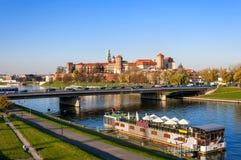 有Zamek Wawel城堡和维斯瓦河的克拉科夫全景 库存图片