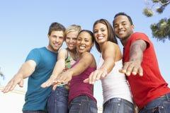 朋友一起有乐趣的组年轻人 免版税图库摄影