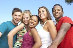 朋友一起有乐趣的组年轻人 免版税库存图片