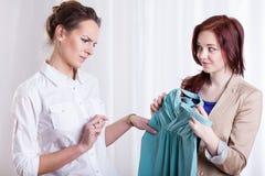 朋友不喜欢新的礼服 库存照片