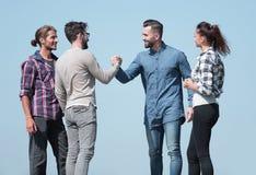 朋友互相招呼与握手 免版税库存图片