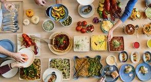 朋友享受食物概念的党自助餐 库存图片