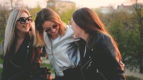 朋友享用休闲的女孩平衡城市公园 股票录像