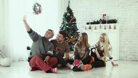 朋友做圣诞节selfie 股票录像