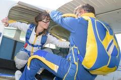 朋友准备好对skydiving 免版税库存照片