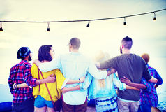 朋友友谊小组拥抱关系概念 免版税库存图片
