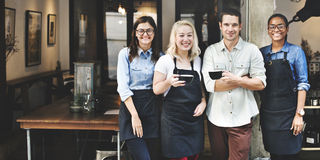 朋友合作Barista咖啡店概念 免版税库存照片