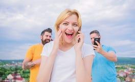 朋友和智能手机 繁忙的人民画象谈话在m 库存照片