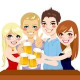 年轻朋友啤酒多士 免版税库存照片