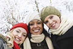 朋友在冬天之外的女孩组 图库摄影