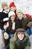 朋友在冬天之外编组 免版税库存图片