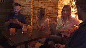 朋友在咖啡馆休息 股票视频