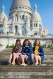 朋友在大教堂Sacre-Coeur附近的巴黎 图库摄影
