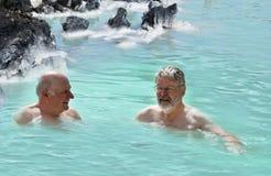 朋友在蓝色盐水湖 免版税库存照片