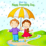 朋友在雨中的庆祝友谊天 免版税库存图片