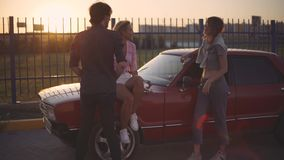 朋友坐汽车谈话的敞篷并且嘲笑日落 汽车旅行 影视素材