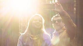 朋友夫妇做一selfie在电话在森林里 股票视频