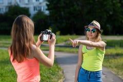 朋友女孩二 夏天本质上 记录录影 变动的女小学生做照片 愉快微笑 概念您能 库存照片