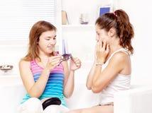 朋友女孩她显示太阳镜 免版税图库摄影