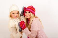 朋友女孩手套二个冬天年轻人 免版税库存照片