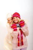 朋友女孩手套二个冬天年轻人 库存图片