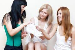 朋友她显示对妇女年轻人的新的鞋子 图库摄影