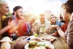 朋友庆祝党野餐快乐的生活方式饮用的概念 免版税图库摄影