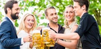 朋友或同事啤酒的在工作以后从事园艺 库存照片