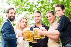 朋友或同事啤酒的在工作以后从事园艺 图库摄影