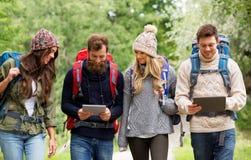 朋友或旅客有背包和片剂个人计算机的 库存图片