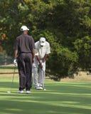 朋友打高尔夫球使用 免版税库存照片
