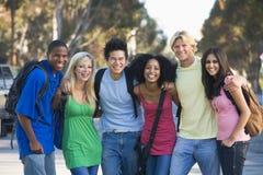 朋友有乐趣的组年轻人 免版税库存图片