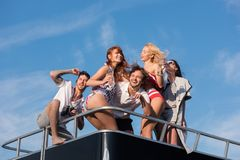 朋友有在游艇的疯狂的时间 免版税库存图片